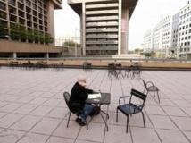 Une cour quasi vide au milieu des immeubles de bureaux, à Washington, le 3 octobre. REUTERS/Kevin Lamarque
