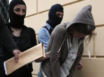 Une militante du parti néonazi grec Aube dorée, après son interpellation, le 3 octobre 2013 à Athènes. REUTERS/Yorgos Karahalis