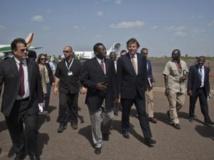 Bert Koenders (d.) à l'aéroport de Bamako, le 4 juin 2013. Reuters/Francois Rihouay