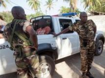 Une patrouille de police emmène un homme suspecté d'avoir participé aux lynchages, à Nosy Be, le 6 octobre 2013. AFP PHOTO / RIJASOLO