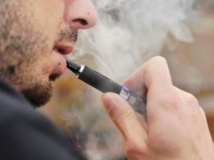 Lundi 7 octobre, quelques centaines d'usagers de la cigarette électronique ou représentant des fabricants ont manifesté devant le Parlement européen. Getty Images / Martina Paraninfi