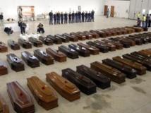 Les cercueils des victimes du naufrage dans une hangar de l'aéroport de Lampedusa, le 5 octobre 2013. REUTERS/Antonio Parrinello