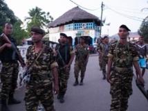 Policiers et gendarmes patrouillent à Hell-Ville, la capitale de l'île de Nosy Be, recherchant auteurs et témoins des lynchages. AFP PHOTO / RIJASOLO