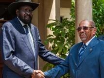 Salva Kiir (g) et Omar el-Béchir, le 22 octobre 2013 à Juba. REUTERS/Adriane Ohanesian