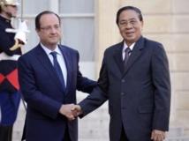 Les présidents français, François Hollande et laotien, Choummaly Sayasone sur le perron de l'Elysée le 22 octobre 2013. AFP/Bertrand Guay