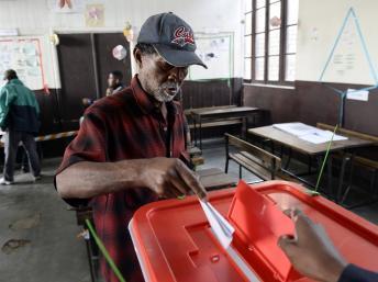 Un électeur vote à Antananarivo, le 25 octobre 2013. AFP PHOTO / STEPHANE DE SAKUTIN