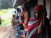 Des femmes attendent une distribution d'aide humanitaire devant la maison de l'imam de Bossangoa, en Centrafrique. RFI/Laurent Correau