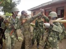 Les soldats congolais des FARDC fêtent leur victoire militaire à Rumangabo, au nord de Goma, sur les rebelles du M23, le 28 octobre 2013. REUTERS/Kenny Katombe
