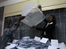 Dans un bureau de vote d'Antananarivo, des agents vident une urne pour compter les bulletins de vote, le 25 octobre 2013. REUTERS/Thomas Mukoya
