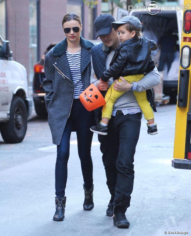 Miranda Kerr et Orlando Bloom à New York pour Halloween, avec leur fils Flynn, ce lundi 28 octobre 2013