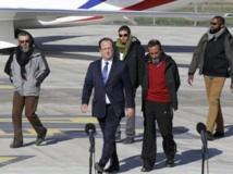 Le président français François Hollande entouré des ex-otages Marc Féret, Pierre Legrand, Daniel Larribe, Thierry Dol (de gauche à droite), le 30 octobre 2013. REUTERS/Jacky Naegelen