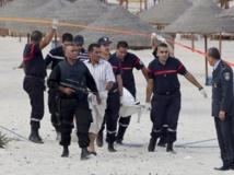 Les autorités tunisiennes emportant le corps du jihadiste, plage de Sousse le 30 octobre 2013. REUTERS/Mohamed Amine ben Aziza