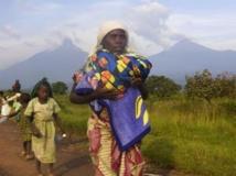 Des déplacés congolais qui fuient l'avancée des combats, le 27 octobre 2013. REUTERS/Kenny Katombe