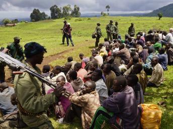 A Chanzun, le 5 novembre 2013, des soldats du M23 surveillent des prisonniers suspectés d'avoir combattu dans les rangs du M23. REUTERS/Kenny Katombe