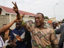 L'ex-patron du Front populaire ivoirien (FPI), Pascal Affi Nguessan (c) après sa libération, à Abidjan, le 6 août 2013. REUTERS/Luc Gnago