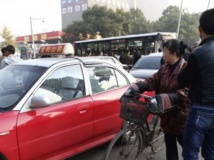 A proximité du siège du Parti communiste visé par un attentat dans la province de Shanxi, dans le nord de la Chine. REUTERS/cnsphoto