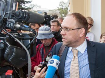 Serhiy Vlasenko, avocat de l'ex-Première ministre emprisonnée, Ioulia Timochenko, parle aux journalistes au palais de justice dans la ville de Kharkiv en Ukraine avant l'ouverture du procès le 19 avril 2012. AFP PHOTO/ SERGEY BOBOK