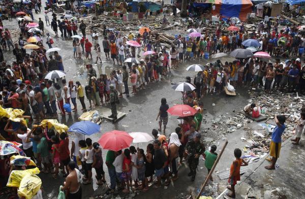 Philippines : l'aide tarde, la tension monte