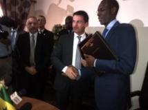 Le ministre français de l'Intérieur Manuel Valls avec son homologue sénégalais Abdoulaye Daouda Diallo après la signature d'un document en vue de développer une coopération pour lutter contre le terrorisme. Photo RFI / Carine Frenk