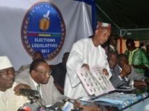 Les leaders de l'opposition guinéenne, le 4 octobre 2013, lors d'une conférence visant à dénoncer des irrégularités des élections législatives du 28 septembre dernier. De gauche à droite, Sidya Touré, Lansana Kouyaté et Cellou Dalein Diallo. CELLOU BINANI / AFP