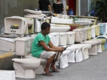 Un jeune garçon sur des toilettes. REUTERS/Romeo Ranoco