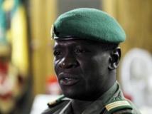 Le capitaine Sanogo lors d'une conférence de presse le 7 avril 2012, après le transfert du pouvoir au président de l'Assemblée nationale, à la base militaire de Kati. REUTERS/Joe Penney