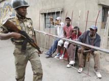 Un militaire malgache patrouillant dans une rue d'Antananarivo, le 18 novembre 2010. REUTERS/Siphiwe Sibeko