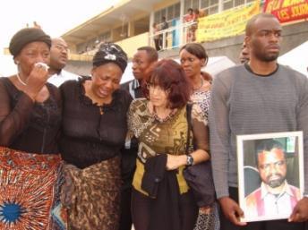Des proches du journaliste Bapuwa Muamba, tué en juillet 2006. Il est l'un des dix journalistes tués en RDC en 15 ans recensés par l'ONG Journalistes en danger. DR / JED