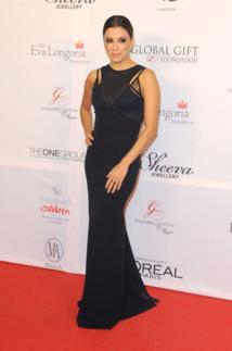 Eva Longoria au Global Gift Gala le 20 novembre 2013 à Londres Pour cet évènement, Eva Longoria portait une longue robe noire Victoria Beckham. Le vêtement comportait un décolleté jouant sur la transparence et le style nuisette.