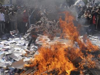 Tunisie : des manifestants brûlent des documents du parti Ennahda, à l'extérieur des locaux du parti, à Gafsa, le mercredi 6 février 2013 REUTERS/Stringer