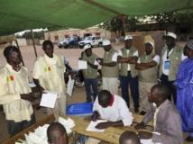 Une délégation d'observateurs lors du dépouillement dans un bureau de Bamako, le 24 novembre 2013. REUTERS/Adama Diarra