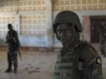 Un soldat sierra-leonais, membre des forces de l'Amisom, devant le siège de l'armée somalienne à Kismayo, le 21 septembre 2013. REUTERS/AU UN IST PHOTO/Tobin Jones/Handout via REUTERS