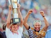 Nelson Mandela exulte après avoir remis la Coupe d'Afrique des nations de football au capitaine sud-africain Neil Tovey (en gauche).