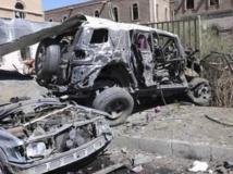 Des véhicules endommagés à proximité de l'attentat suicide au ministère yéménite de la Défense, le 5 décembre 2013. REUTERS/Yemen's Defence Ministry/Handout via Reuters