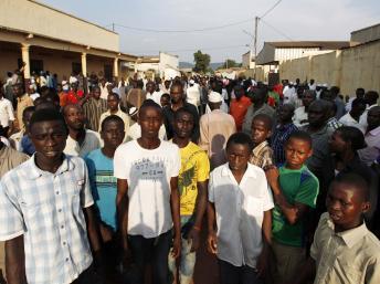 Bnagui, le 5 décembre. Des habitants du PK5, à majorité musulmane, se sont rassemblés à proximité d'une mosquée où les corps de personnes tuées REUTERS/Emmanuel Braun