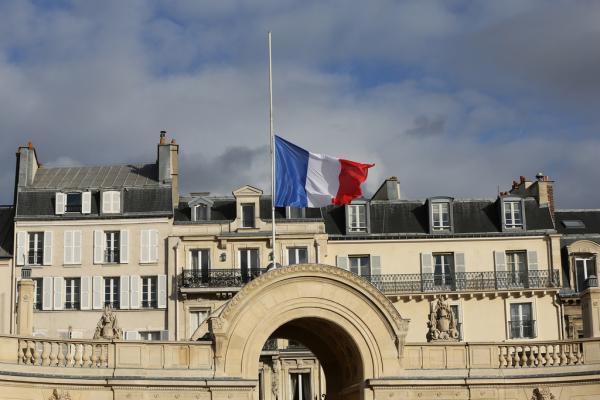 Le drapeau en berne sur l'Elysée après la mort de Nelson Mandela. Francediplomatie