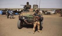 Un blindé français croise un pick-up d'ex-rebelles Séléka. REUTERS/Herve Serefio