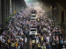 En Thaïlande ce lundi 9 décembre les opposants occupent de nouveau les rues de la capitale Bangkok. REUTERS/Dylan Martinez