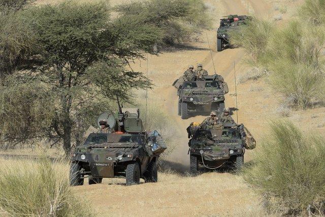 Un convoi de l'armée française près du village de Bemba, entre Tombouctou et Gao, dans le nord du Mali, le 31 octobre 2013. AFP PHOTO/PHILIPPE DESMAZES