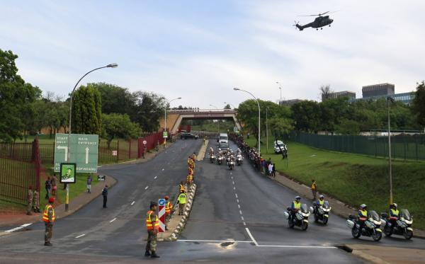 Vue générale du cortège transportant le cercueil de Nelson Mandela, dans les rues de Pretoria, le 11 décembre. REUTERS/Thomas Mukoya