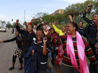 Des femmes chantent sur le passage du cortège transportant le cercueil de Nelson Mandela, ce 11 décembre à Pretoria. REUTERS/Thomas Mukoya