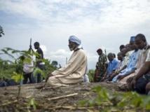 Prière après des funérailles au cimetière musulman de Bangui, en RCA, le 11 décembre 2013. AFP PHOTO/FRED DUFOUR