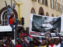 Dans le centre-ville de Pretoria, les gens attendent en dansant, en chantant, de pouvoir aller se recueillir devant le cercueil de Nelson Mandela, le 13 décembre 2013. REUTERS/Ronen Zvulun