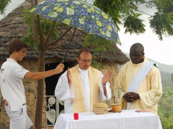 Le prêtre français Georges Vandenbeusch (c) célébrant une messe dans le nord du Cameroun, le 22 juillet 2012. AFP PHOTO / DIOCESE DE NANTERRE