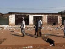 Des hommes passent devant des magasins fermés d'un quartier musulman de Bangui, Centrafrique, le 12 décembre 2013. REUTERS/Emmanuel Braun