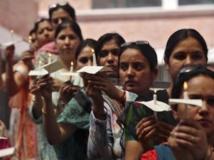 Des manifestantes se recueillent à Jammu après le viol d'une petite fille de 5 ans, le 15 avril dans un quartier de New Delhi. REUTERS/Mukesh Gupta