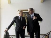 Jean-Marc Ayrault (gauche) et Abdelmalek Sellal veulent faire avancer la coopération franco-algérienne. REUTERS/Ramzi Boudina