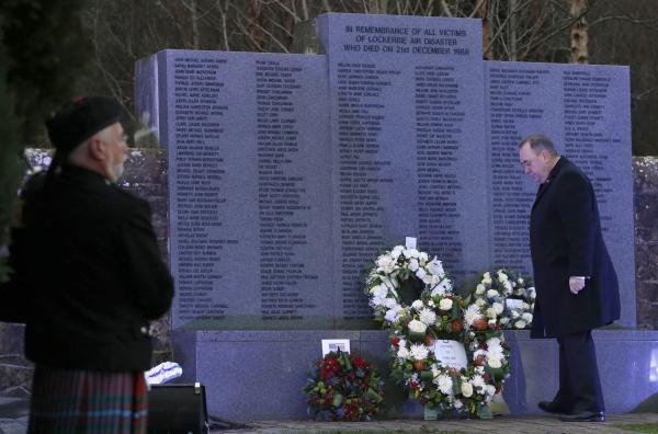 Le Premier ministre écossais Alex Salmond se recueille devant le mémorial dédié aux victimes de Lockerbie, au cimetière de Dryfesdale, le 21 décembre 2013. REUTERS/Russell Cheyne