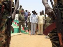 Salav a Kiir (g.), le président du Soudan du Sud, aux côtés de Riek Machar (d.), ancien vice-président désormais dissident, en avril 2010 à Bentiu. REUTERS/Goran Tomasevic/Files