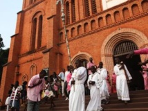 Des membres de la communauté catholique centrafricaine, devant la cathédrale de Bangui, après une messe de Noël célébrée ce mardi 24 décembre. REUTERS/Andreea Campeanu
